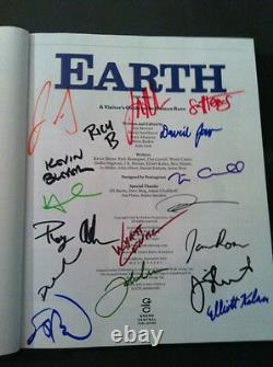 La Terre Le Livre Autographié Par Jon Stewart Et Le Casting Du Spectacle Quotidien