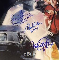 Retour À Cast Future II Signé 16x24 Photo Michael J Fox Lloyd Thompson Biff