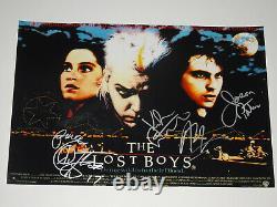 The Lost Boys Cast Signé Autographié X4 12x18 Photo Affiche Sutherland Patric +